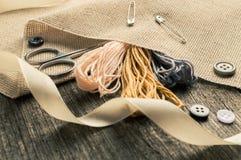 Accesorios para las aficiones: cinta, tijeras, aguja y perno Herramientas de costura Fotografía de archivo libre de regalías