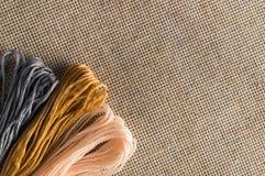 Accesorios para las aficiones: diversos colores del hilo para el bordado Foto de archivo libre de regalías
