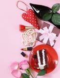 Accesorios para las mujeres - zapatos y perlas, lápiz labial Foto de archivo libre de regalías