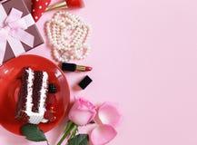 Accesorios para las mujeres - zapatos y perlas, lápiz labial Imágenes de archivo libres de regalías