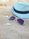 Accesorios para las vacaciones en la arena en la playa, Imagen de archivo libre de regalías