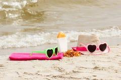 Accesorios para las vacaciones en la arena en la playa, concepto de protección del sol, tiempo de verano Imágenes de archivo libres de regalías