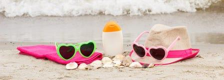 Accesorios para las vacaciones en la arena en la playa, protección del sol en concepto del tiempo de verano Fotos de archivo libres de regalías