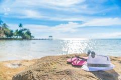 Accesorios para las vacaciones en la arena en la playa, protección del sol en suma Fotografía de archivo