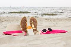 Accesorios para las vacaciones en la arena en la playa, protección del sol, tiempo de verano Fotografía de archivo libre de regalías