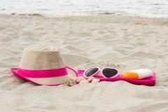 Accesorios para las vacaciones en la arena en la playa, protección del sol, tiempo de verano Imagen de archivo