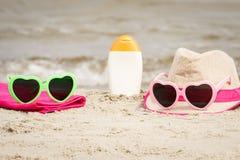 Accesorios para las vacaciones en la arena en la playa, protección del sol, tiempo de verano Fotos de archivo