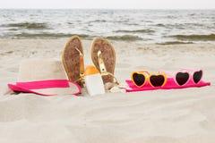 Accesorios para las vacaciones en la arena en la playa, protección del sol, tiempo de verano Foto de archivo