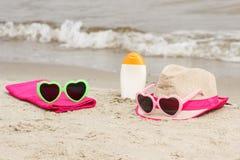 Accesorios para las vacaciones en la arena en la playa, protección del sol, tiempo de verano Imagen de archivo libre de regalías