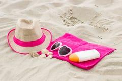 Accesorios para las vacaciones en la arena en la playa, la protección del sol y el concepto del tiempo de verano Fotografía de archivo libre de regalías
