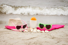 Accesorios para las vacaciones y conchas marinas en la arena en la playa, concepto del tiempo de verano Imágenes de archivo libres de regalías