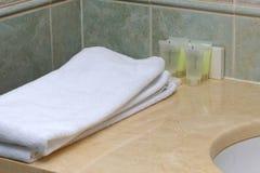 Accesorios para lavarse en el hotel, interior del cuarto de baño Imagen de archivo