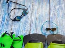 Accesorios para los deportes que nadan en la sol de madera del fondo Fotos de archivo libres de regalías