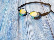 Accesorios para los deportes que nadan en la sol de madera del fondo Fotos de archivo