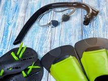Accesorios para los deportes que nadan en la sol de madera del fondo Imágenes de archivo libres de regalías