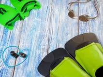 Accesorios para los deportes que nadan en la sol de madera del fondo Fotografía de archivo libre de regalías