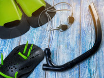 Accesorios para los deportes que nadan en la sol de madera del fondo Imagen de archivo