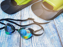 Accesorios para los deportes que nadan en la sol de madera del fondo Fotografía de archivo