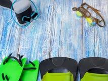 Accesorios para los deportes que nadan en la sol de madera del fondo Imagenes de archivo