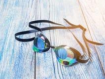 Accesorios para los deportes que nadan en la sol de madera del fondo Imagen de archivo libre de regalías