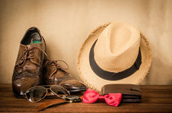 Accesorios para los hombres en el piso de madera Fotografía de archivo