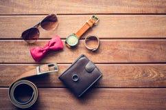 Accesorios para los hombres en el piso de madera Fotos de archivo libres de regalías