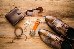 Accesorios para los hombres en el piso de madera Imágenes de archivo libres de regalías