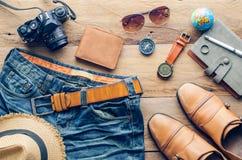 Accesorios para los hombres en el piso de madera Fotografía de archivo libre de regalías