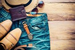 Accesorios para los hombres en el piso de madera Fotos de archivo
