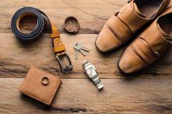 Accesorios para los hombres en el piso de madera Imagen de archivo libre de regalías