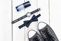 Accesorios para los hombres y los zapatos en un fondo de madera blanco plano Imagen de archivo libre de regalías