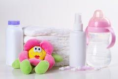 Accesorios para los pañales del bebé en el fondo blanco Fotos de archivo libres de regalías