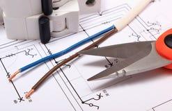 Accesorios para los trabajos del ingeniero que mienten en el dibujo de construcción Imagen de archivo