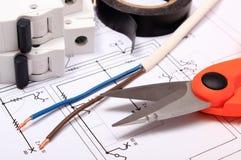Accesorios para los trabajos del ingeniero que mienten en el dibujo de construcción Imágenes de archivo libres de regalías