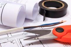 Accesorios para los trabajos del ingeniero y rollos de diagramas en el dibujo de construcción Imagenes de archivo