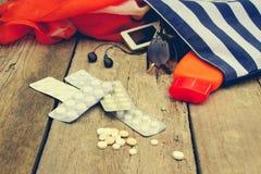 Accesorios para mujer de la playa del verano para su día de fiesta y píldora del mar Fotos de archivo libres de regalías