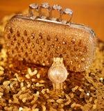 Accesorios para mujer de oro de la moda Reloj y monedero de lujo, Fotografía de archivo libre de regalías