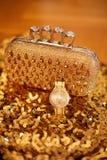 Accesorios para mujer de oro de la moda Reloj y monedero ricos, encendido Fotografía de archivo