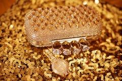 Accesorios para mujer de oro de la moda Reloj y monedero ricos, encendido Foto de archivo