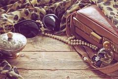 Accesorios para mujer del vintage, caja del polvo, bufanda, collar, sunglas Fotografía de archivo libre de regalías