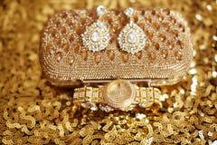 Accesorios para mujer Pendientes del diamante de la moda y wristwat de oro Imágenes de archivo libres de regalías