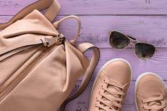 Accesorios para mujer y mochila y zapatillas de deporte del cuero del calzado, Fotos de archivo