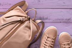 Accesorios para mujer y mochila y zapatillas de deporte del cuero del calzado Imagen de archivo