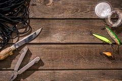Accesorios para pescar en el fondo de la madera Visión superior fotos de archivo