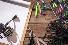 Accesorios para pescar en el fondo de la madera Visión superior foto de archivo libre de regalías