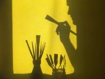 Accesorios para pintar Un artista con un cepillo en su mano Imagen de archivo libre de regalías
