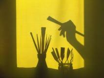 Accesorios para pintar Una mano con un cepillo Fotografía de archivo