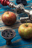 Accesorios para Shisha en el fondo de dos manzanas maduras Imagen de archivo libre de regalías