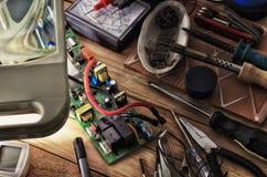 Accesorios para soldar a placas de circuito electrónicas Imagen de archivo