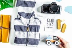 Accesorios para treveling con los niños, la cámara y el traje en pizca Foto de archivo